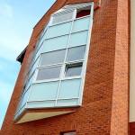okna w budynku z czerwonej cegły