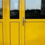 Stalowe żółte drzwi