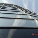 wysoki owoczesny budynek ze stolarka aluminiowa firmy valnor
