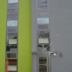 okna aluminiowe ramy na klatce schodowej