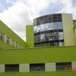 okna aluminiowe z atestami budynku z zieloną elewacją