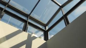 Przeszkolny dach z okien aluminiowych